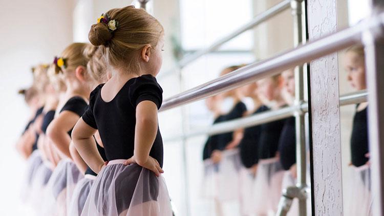 Balletmeisjes kijken in spiegel