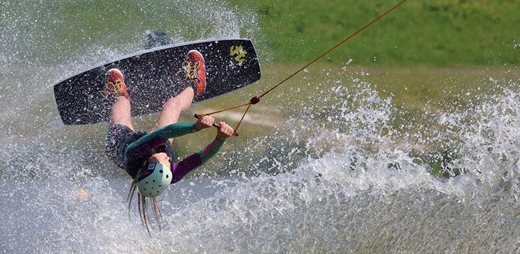 Waterskibaan foto meisje dat springt in water